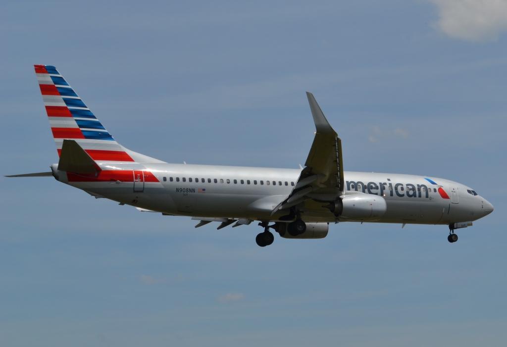 American-new-737-800-Landing-DCA-LFL
